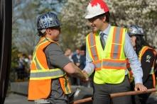 Le Premier Ministre Justin Trudeau avec Donovan Dean Hogan de IUBAC Local 7