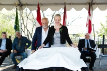 John Greer et l'Honorable Catherine Mckenna (photo: Jamie Kronick)